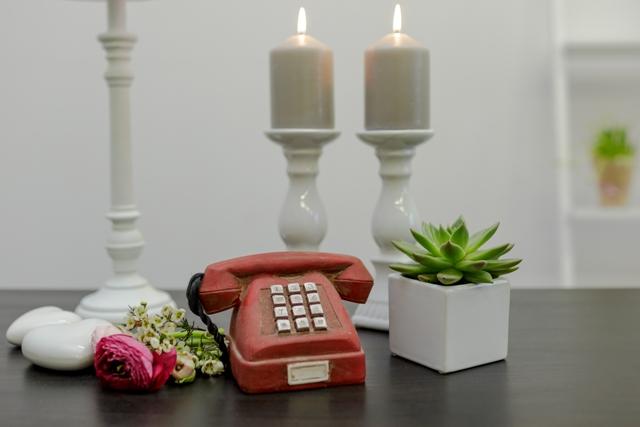 Dekoratyvinis raudonas telefonas (D-8)